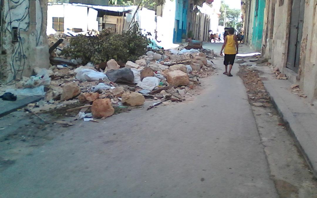 Basura acumulada en las calles, grave peligro al acecho