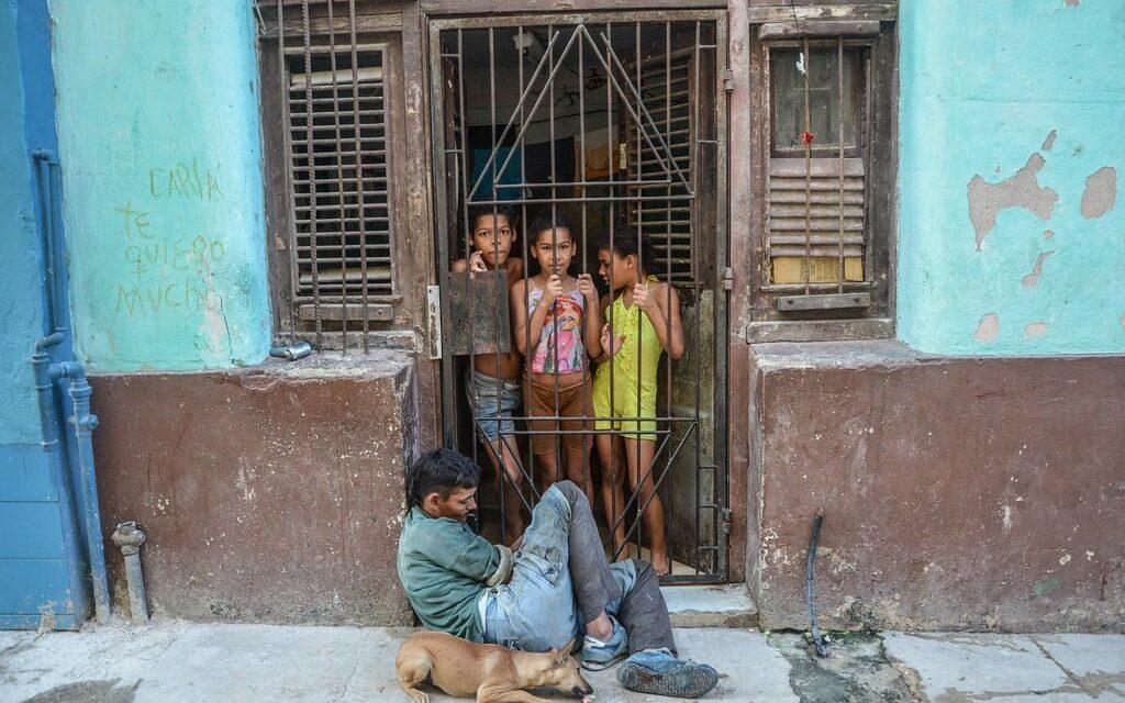 El 64% de los cubanos viven con menos de 1.1 dólares diarios