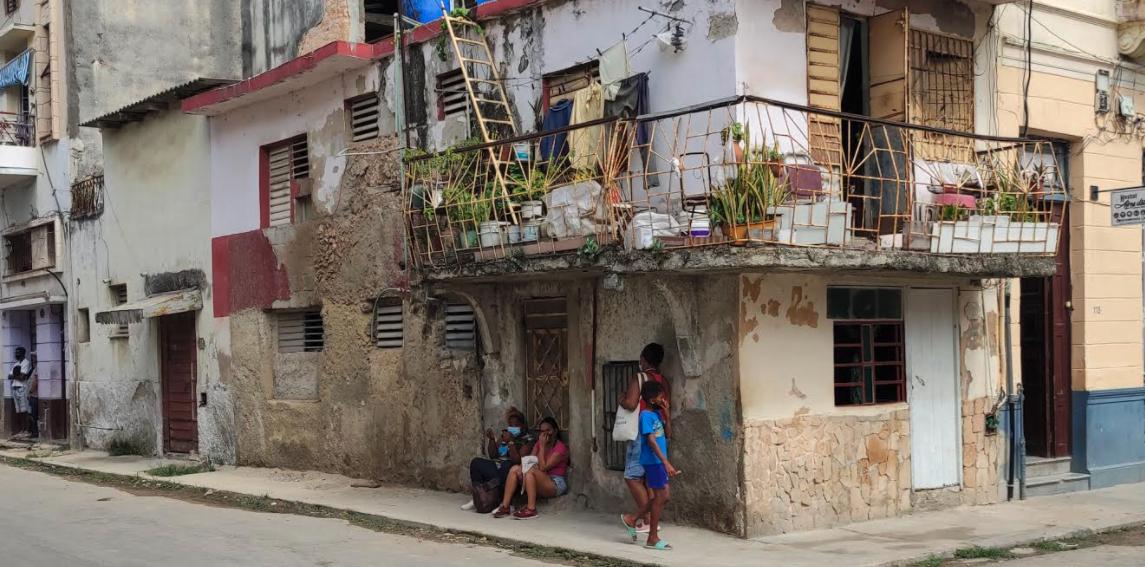 El gobierno cubano derrumba viviendas, pero no las construye y limita la construcción independiente